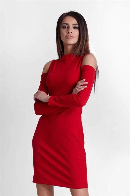 lara z odkrytymi ramionami krótka elegancka czerwona sukienka