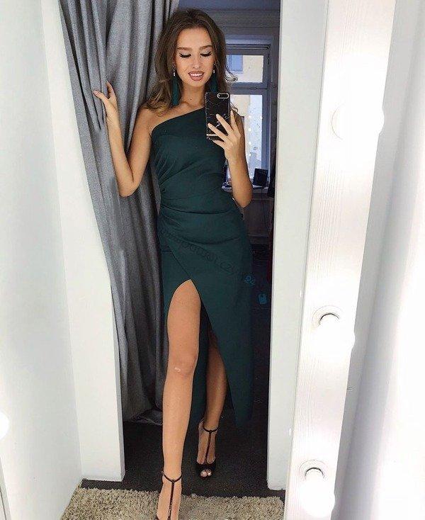 Sukienka na jedno ramię z rozcięciem- butelkowy zielony