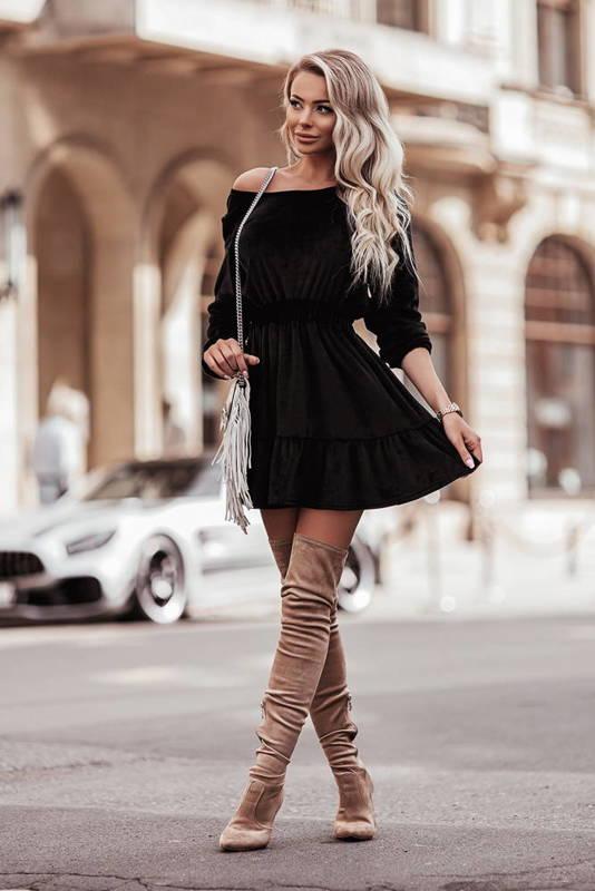 Welurowa sukienka o pięknym, kobiecym fasonie-black